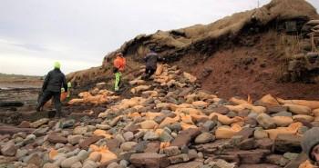 Bờ biển xói mòn hé lộ 6 hài cốt hàng trăm năm tuổi