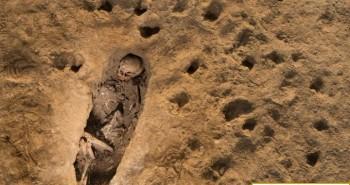 Đào đất làm đường phát hiện 115 hài cốt trẻ em ngậm đồng xu và sự thật phía sau