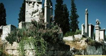 Thẻ khắc lời nguyền 2.500 năm trong giếng cổ