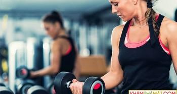 Tại sao các phòng gym thường treo gương lớn ở khu tập tạ?